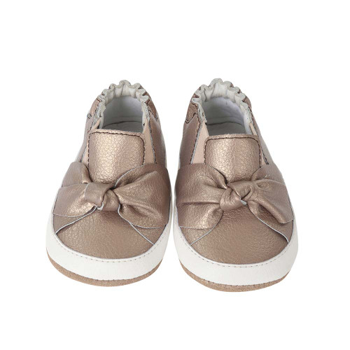 38e2c1b97ae06 ... Front view of Bella s Bow baby shoes