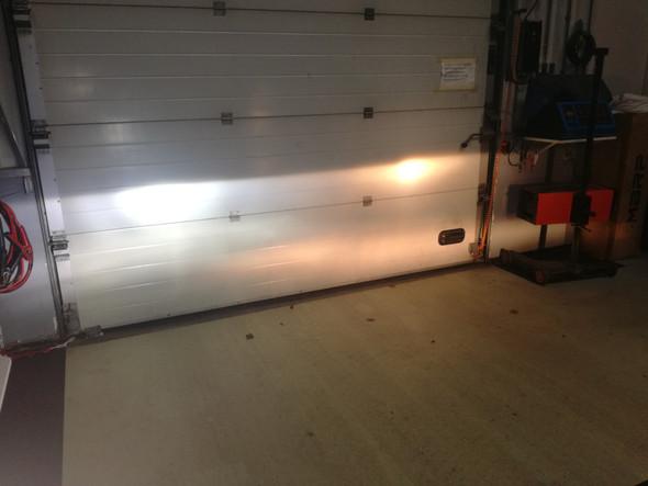 Ledverlichting Dodge Ram schijnend op deur