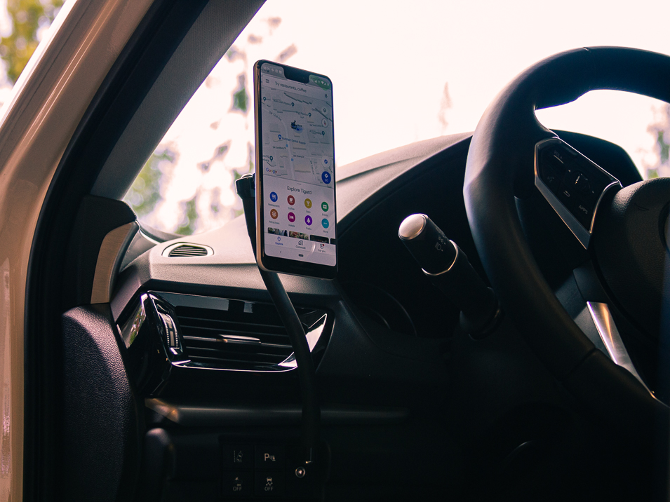The CravenSpeed Gemini phone mount installed in a 2019 Acura RDX holding a Pixel 3XL.