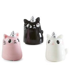 <p>Open the bottom of this cat to apply a moisturizing lip gloss. The cute cat-shaped gloss features a silver unicorn horn.</p>