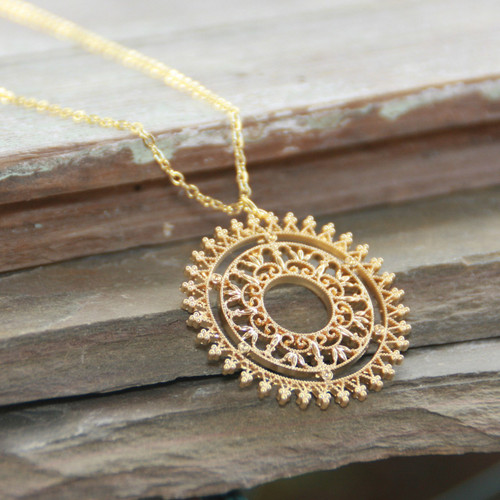 IS-794  Wow Gorgeous Medallion Simple but Elegant Classic Necklace
