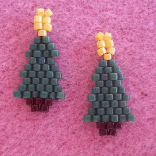 Small Christmas Tree Brick Stitch Earrings Tutorial