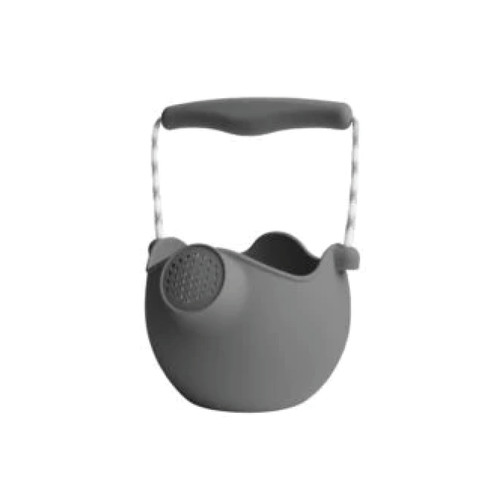 Scrunch has designed a pure silicone watering can. It is easy to fold and bring on vacation or to the beach.