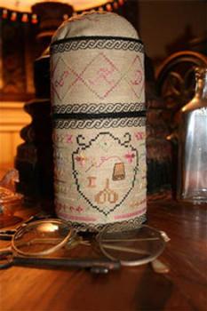 09-2542 Round Sewing Etui Kit by Stitching Treasures Finished Size 3 1/4 x 7 1/4