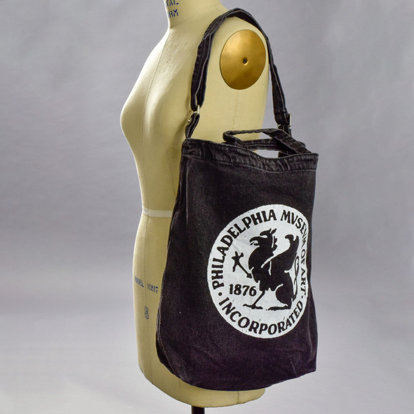 Baggu Duck Tote Bag with Philadelphia Museum of Art 1876 Griffin logo, on mannequin