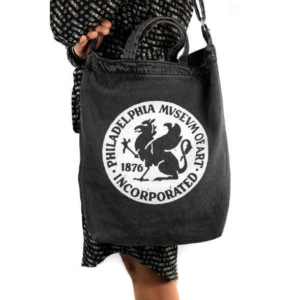 Baggu Duck Tote Bag with Philadelphia Museum of Art 1876 Griffin logo being worn.
