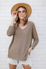 Mocha - Model wearing the Feel The Breeze Knit with a straw hat