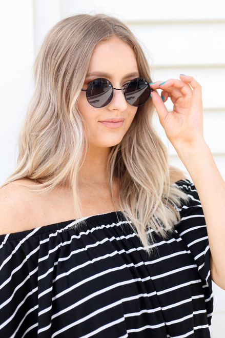 Black - Circle Sunglasses on Model