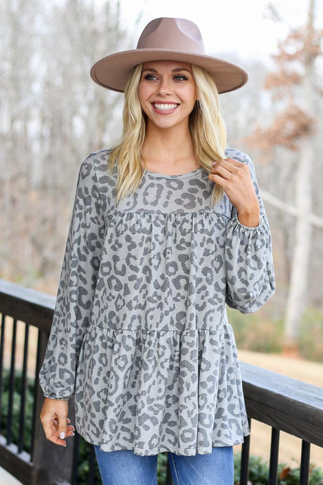 Model wearing the Grey Leopard Tiered Babydoll Tunic with wide brim hat and high rise jeans Front View