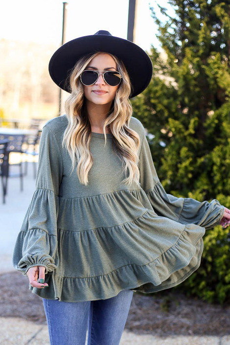 Dress Up model wearing the Ribbed Knit Tiered Babydoll Top with a black wide brim hat