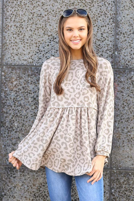 Model wearing the Leopard Balloon Sleeve Babydoll Tunic with medium wash jeans