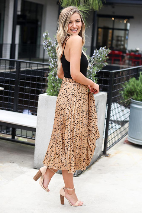 Model wearing the Spotted Pleated Midi Skirt in Tan side view