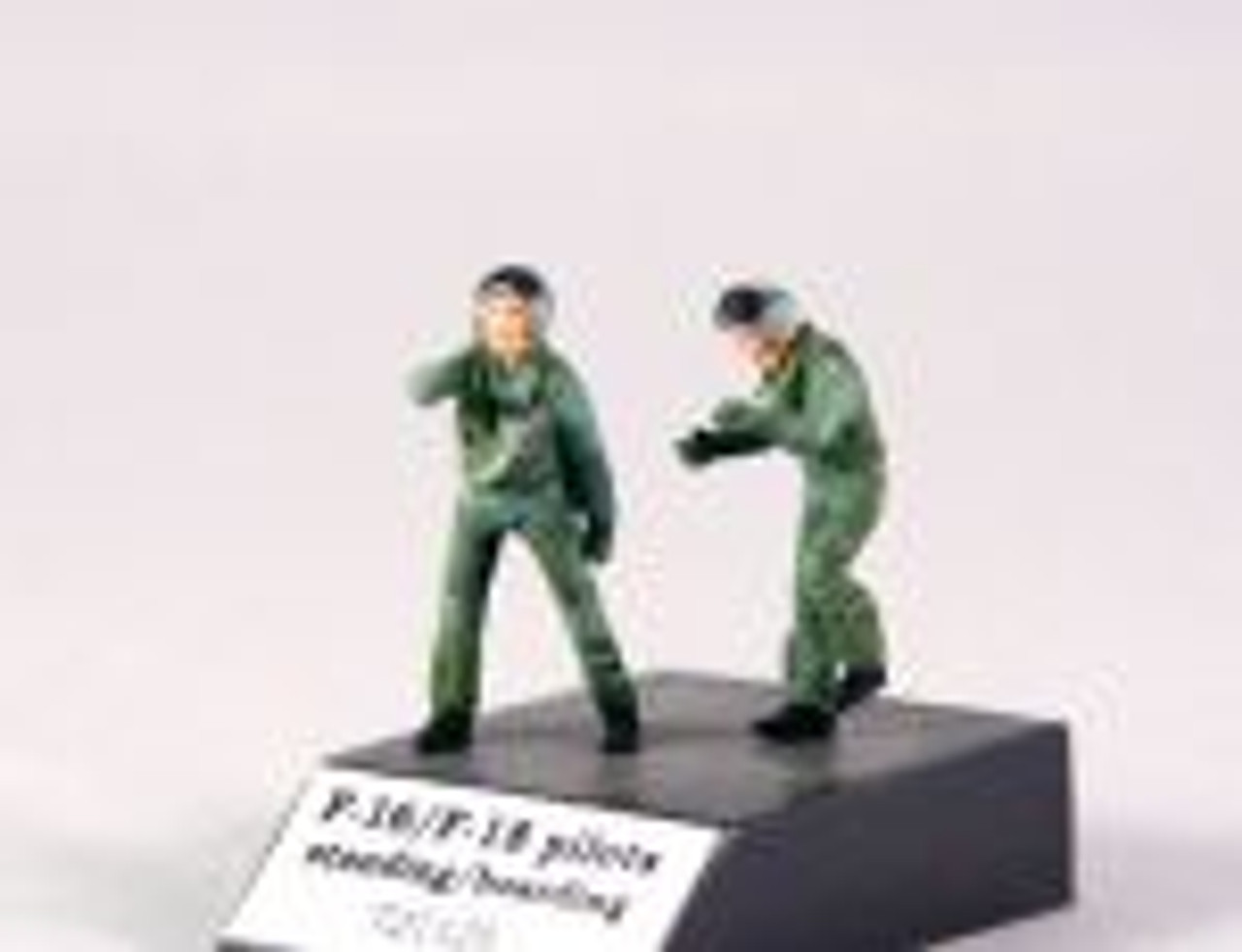 PJ Productions 2x F-16/F-18 pilots standing/boarding Figures 1:72
