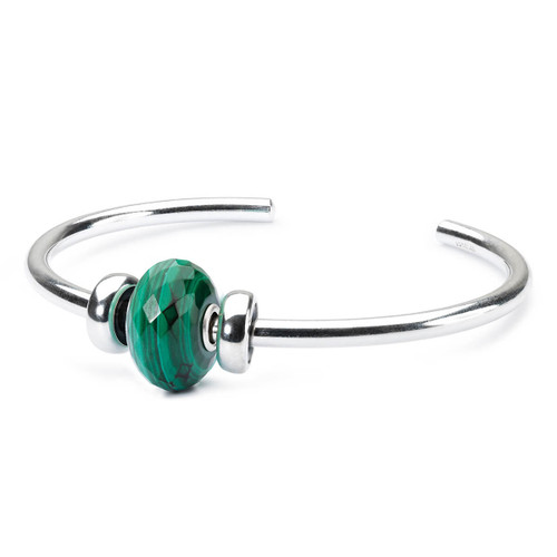 The Trollbeads Malachite Bangle includes a malachite bead, two silver stoppers and a silver bangle.