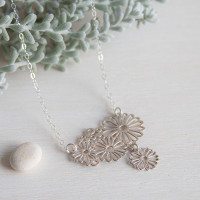 This pretty daisy necklace has an extra lttle daisy drop hanging at the bottom to create movement. Inspired by the everlasting wildflowers that bloom in spring. Stainless steel featured