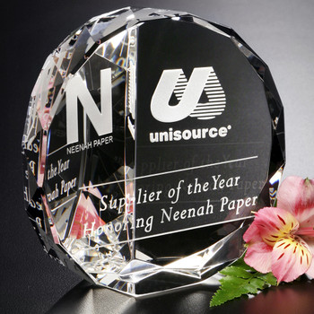 Reward them with the Cascata Award, featuring your message of congratulations. The facets on the back of this accolade will catch the light in any room.