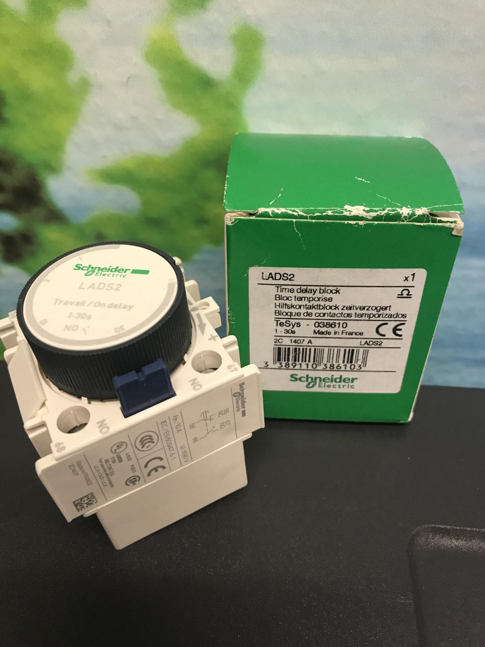 1-Year Warranty ! New In Box Schneider Contact Block LADR2