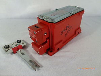 Schmersal Elan TKF90 Solenoid latching keyed safety interlock 24V DC Unused Red