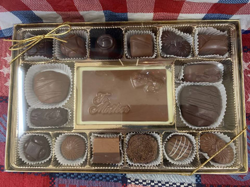 Box of Chocolates with Chocolate 'Mother' Plaque - Large (16 Pieces)