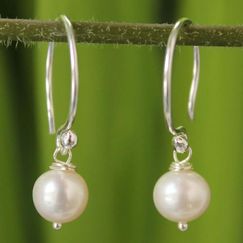 Pearl dangle earrings 'Snow Queen'