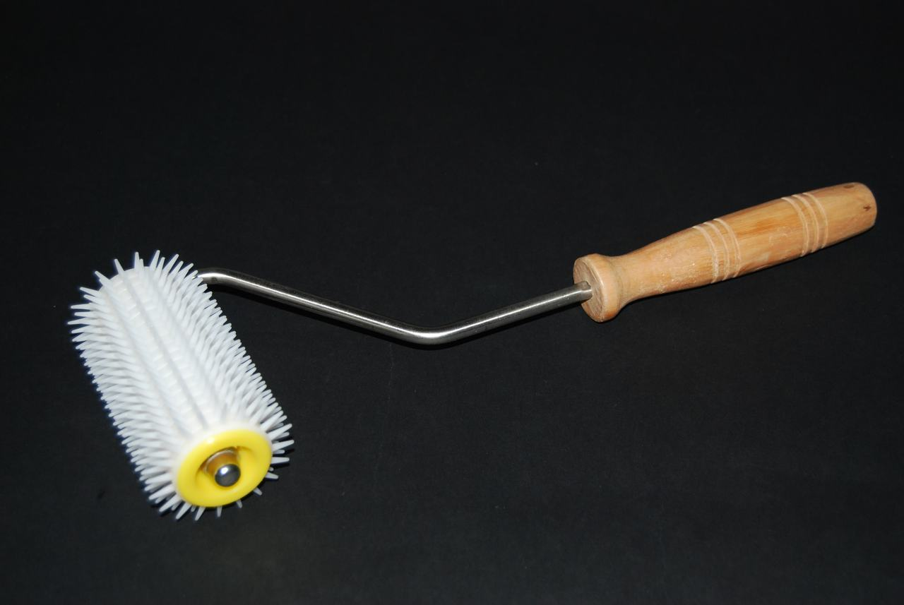 Uncapping Roller