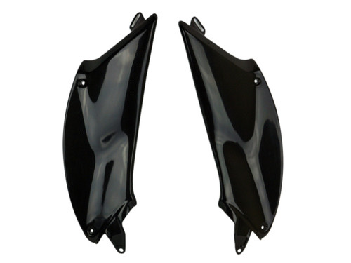 Side tank Covers in Glossy Plain Weave shown for Ducati Diavel 2011-2018.