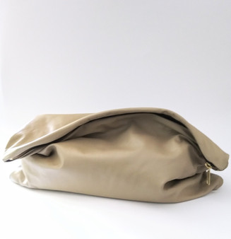 BIG GIRL KELLEY CLUTCH / BEIGE