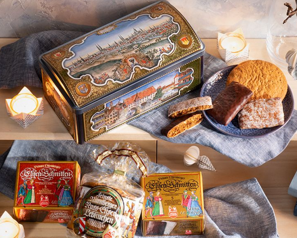 Fine Elisen Lebkuchen in a treasure chest We humans tend to collect things, treasures that are of value - this can be jewellery, but also shells, because what is only one thing for one person has a special, ideal value for another. And to store these things, we look for different places and containers, from jewellery boxes to wooden boxes.  We also have special treasures at Lebkuchen-Schmidt: our incomparably delicious Nuremberg Elisen Lebkuchen. And where should we keep them, if not in a real treasure chest?  You can buy these - filled of course - from us. Made of metal, it is decorated with medieval motifs and ornaments, as befits a treasure chest. A real feast for the eyes!  Inside then, our treasures: Elisen Lebkuchen with lots of nuts in the dough, baked on a fresh wafer and rounded off with different flavours: With lots of extra nuts, with sugar glaze and with dark chocolate.  When the treasure chest is empty, you can, of course, store your own treasures in it. What will they be?