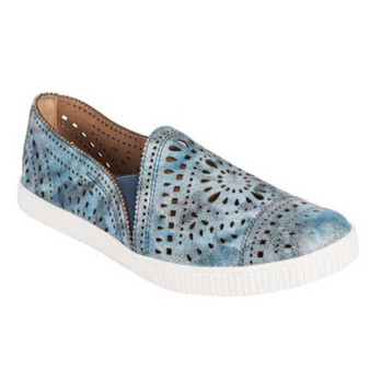 Earth Women's Garry 3 Tayberry is a stylish shoe that is perfect for bringing a little extra sportiness to your look.