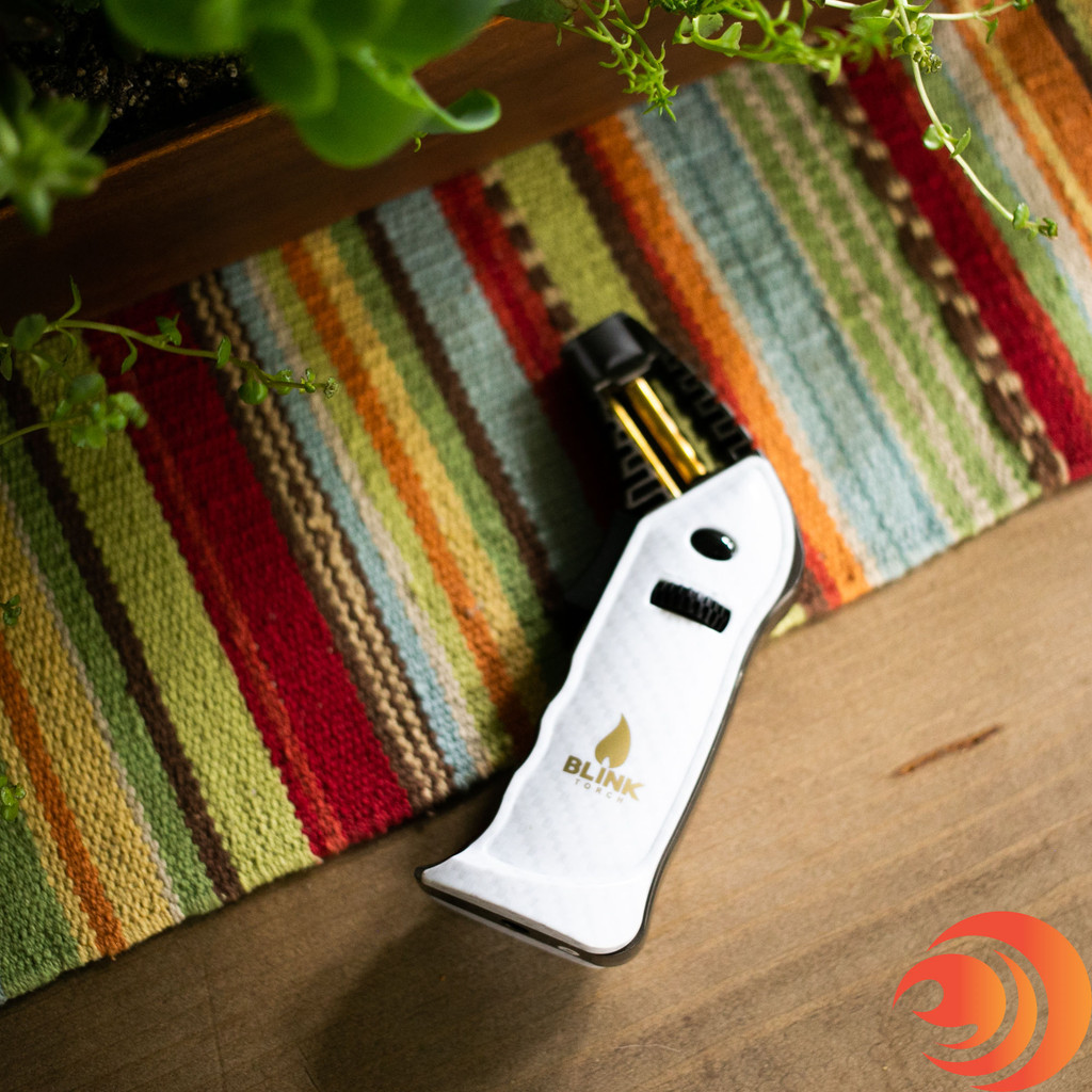 This white ROGUE Torch Lighter by Blink Torches from Atomic Blaze smokehsop means no waiting to heat up your quartz banger, it superheats in seconds.