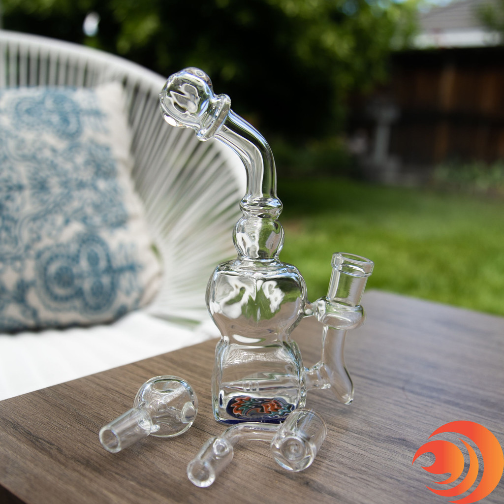 A 14mm male quartz banger comes with this dab rig from our online smoke shop. Use a glass bowl for the bong.