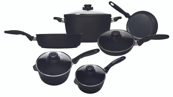 "Swiss Diamond 6099i - XD Induction 10 Piece Set: Gourmet Kitchen Kit - 8"" (20 cm) Fry Pan, 9.5"" (24 cm) Fry Pan with Lid, 7"" (18 cm) 2.2 QT (2.1 L) Sauce Pan with Lid, 8"" (20cm) 3.2 QT (3 L) Sauce Pan with Lid, 11"" (28 cm) 4.3 QT (4.1 L) Sauté Pan and 11"" (28 cm) 8.5 Qt ("