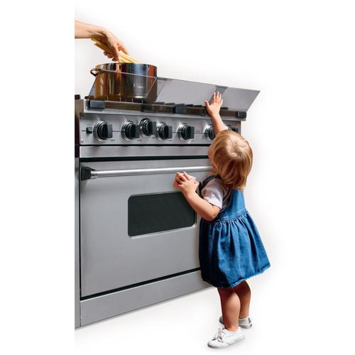 Nina protegida del fuego de la estufa