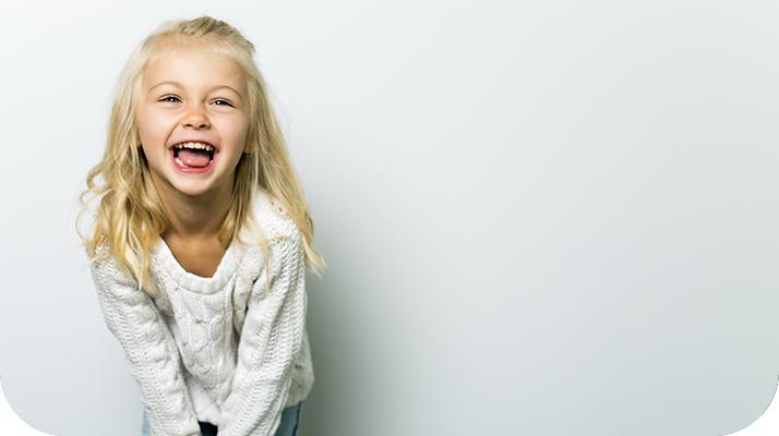 una niña sonriendo alegremente