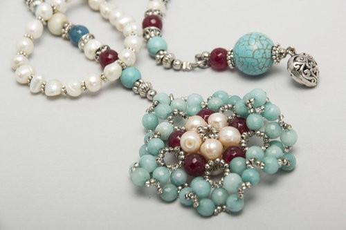 tie/river pearls and stones