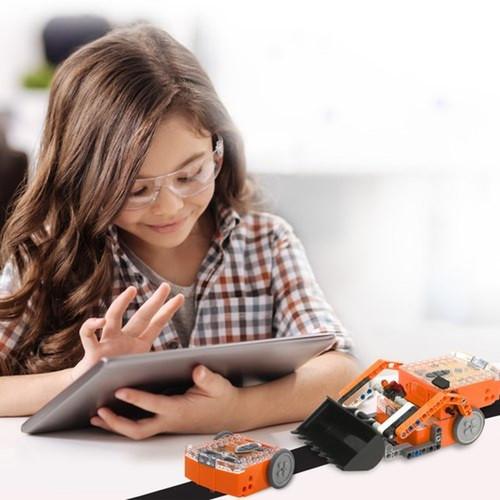 girl coding edison robot