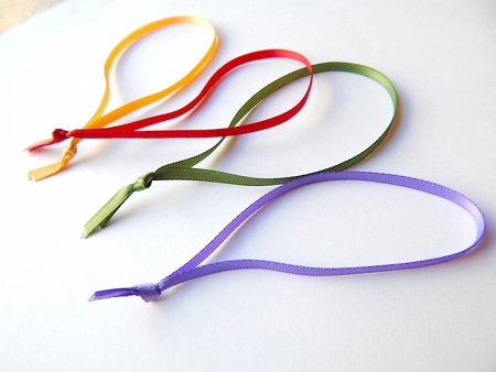 Ribbon knotted loops