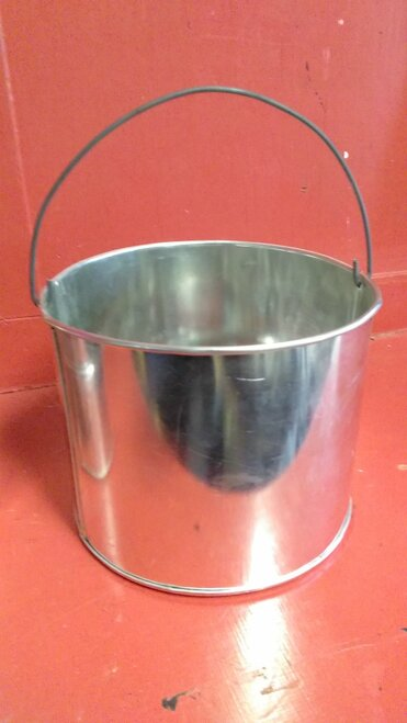 2 quart kettle - our reproduction stock does feature a bead around the center area of the wall.