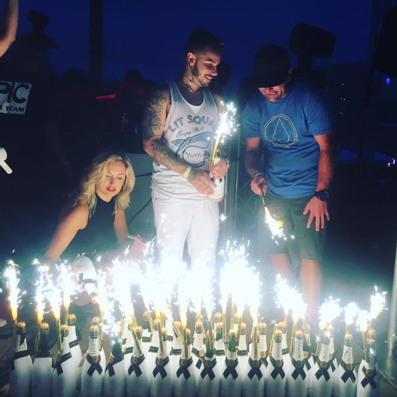 Champagne_Bottle_Sparkler_VIP-sparklers-BottleSparklers