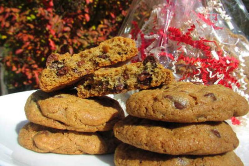 This gift bag of (6) gourmet chocolate chip cookies makes a simple, yet elegant gift.