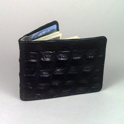 The cowhide extorior of this money clip billfold is embossed with an attractive textured alligator pattern.