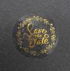 """Label de 1.5"""" redondo con foil dorado, ya aplicado sobre una superficie."""
