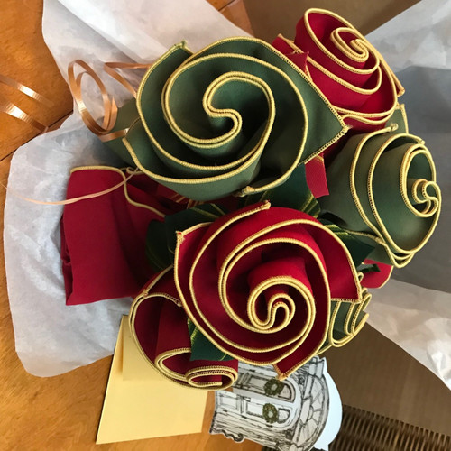 The quintessential Holiday Bouquet! And so gift-able with red/gold napkins, forest/gold napkins and coordianting hand-painted Leafy Napkin Rings-to-Coasters(tm). Send ahead as a great way to usher in the holidays!