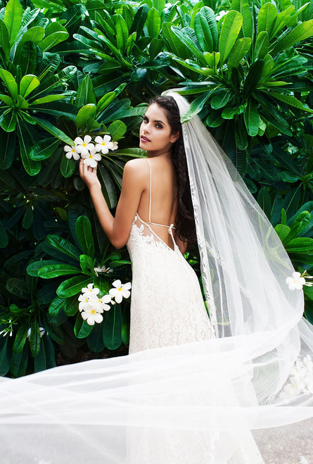 Our Alexandra veil maintains natural movement while the beaded trim frames the bridal gown. Soft beads and delicate threadwork create the shimmering border of an embroidered vine.