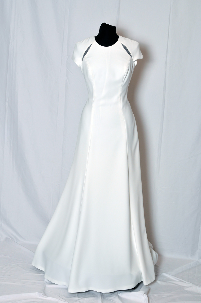 Crepe wedding dress with short raglan sleeves and lace slits. Open back finished with guipure and Chantilly lace.
