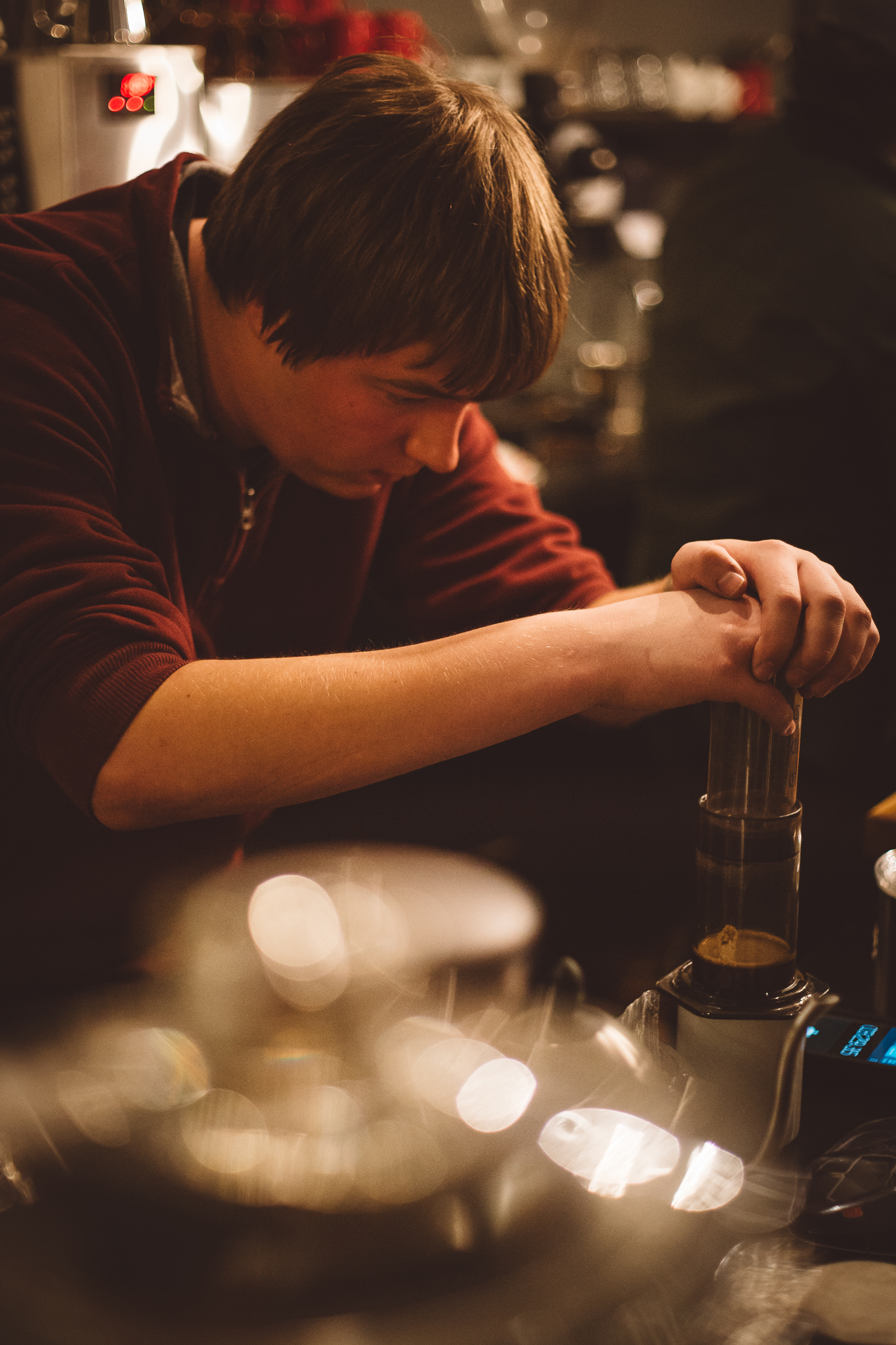 Dmitriy plunges his Aeropress in the final round
