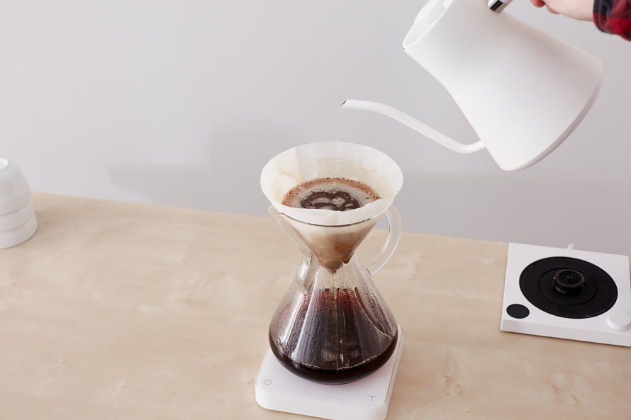 A Chemex in the middle of brewing