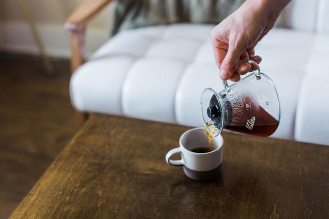 Kalita Glass Coffee Server pouring coffee