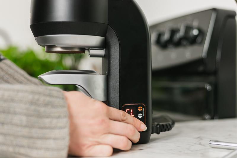 Hand adjusting pressure of Puqpress Mini