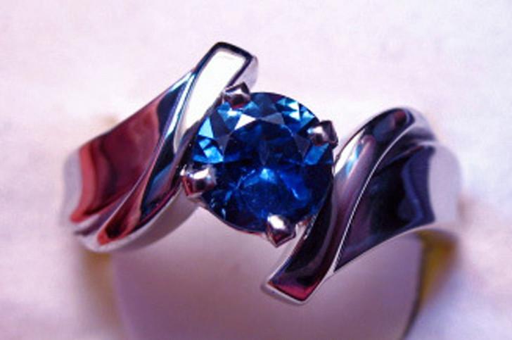 5.75mm Montana sapphire H ring white gold